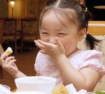 讓寶寶吃飯告別邊吃邊玩