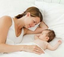 抱著寶寶睡覺 寶寶易駝背!