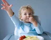 如何應對寶寶邊玩邊吃?