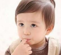 """寶寶""""吃手""""的好處和壞處"""