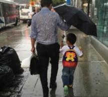 """父親全身濕透""""為兒撐傘""""  父愛如山感動全球"""